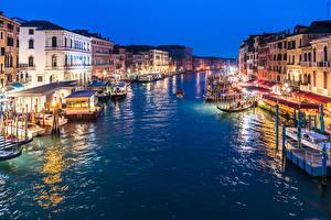 Обои Италия Здания Пирсы Вечер Речные суда Венеция Водный канал Уличные фонари Grand Canal in Twilight Города