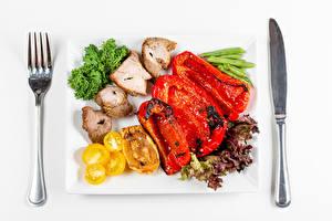 Обои Нож Мясные продукты Овощи Перец овощной Тарелка Вилка столовая Продукты питания
