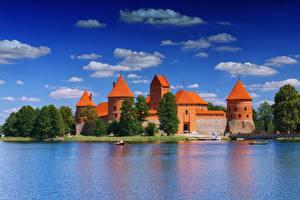 Картинки Литва Озеро Замок Небо Башни Деревья Облачно Lake Galve, Trakai