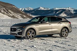 Картинки Мазерати Снегу Серая Металлик Сбоку Maserati Levante GTS North America, 2018 автомобиль