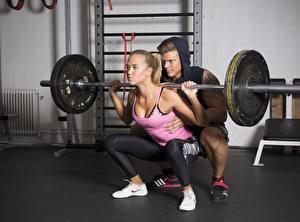 Фотографии Мужчины Тренировка 2 Блондинки Сидит Штангой Ноги Приседания спортивная Девушки