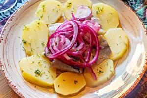 Картинки Картошка Лук репчатый Рыба Тарелка Продукты питания
