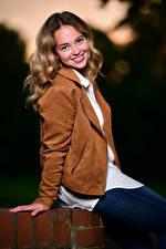 Фотографии Блондинок Куртке Сидящие Улыбка Смотрит Selina молодая женщина
