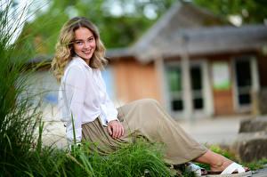 Фотографии Сидящие Юбка Блузка Улыбка Взгляд Боке Selina молодые женщины