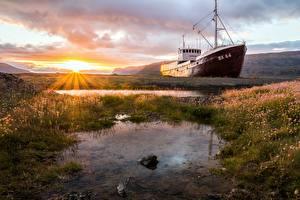 Фото Рассветы и закаты Корабль Лучи света Трава Солнца Природа