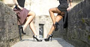 Картинки Две Ноги Туфли Чулки молодая женщина