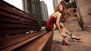 Обои Азиаты Скамейка Шатенка Платья Рука Ноги Туфли Сидит молодые женщины