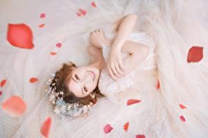 Обои для рабочего стола Азиатки Невеста Платье Рука Шатенка Смотрит Улыбка Лепестков молодые женщины
