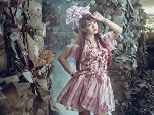 Обои Азиаты Платье Поза Руки Рыжая Размытый фон Девушки картинки