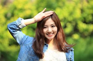 Фотографии Азиатка Жест Шатенка Взгляд Улыбка Рука Боке Korean Девушки