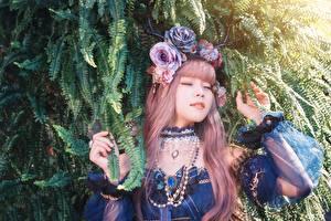 Фотография Азиатки Украшения Ожерельем На ветке Рыжая Рука молодые женщины