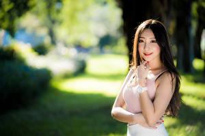Обои Азиатки Улыбается Майка Смотрит Боке Девушки