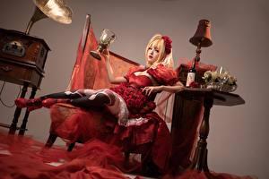 Картинка Азиатки Стол Бокал Бутылка Ламп Блондинка молодая женщина