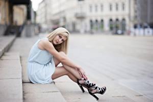 Фотографии Блондинки Платье Размытый фон Рука Ноги Туфлях Сидя Лестница девушка