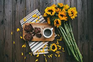 Фотографии Букет Подсолнечник Кофе Пирог Разделочной доске Лепестки Кусочки Продукты питания