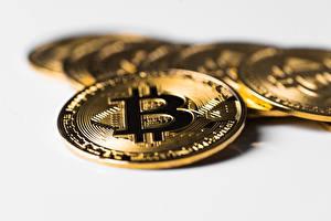 Обои для рабочего стола Крупным планом Монеты Деньги Биткоин Размытый фон Золотых