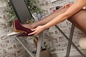 Обои Крупным планом Ноги Туфли Колготки Руки молодая женщина