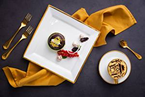 Картинка Кофе Конфеты Шоколад Ягоды Смородина Десерт Пирожное Вилки Ложки Чашке Пища