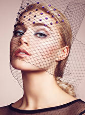 Картинки Цветной фон Блондинок Лица Взгляд Макияж Девушки