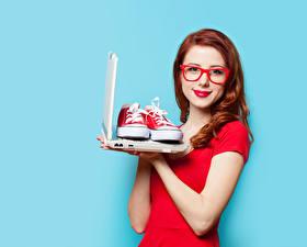 Фотография Цветной фон Рыжие Очков Смотрит Ноутбук Кедах Красными губами девушка