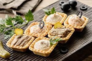 Картинки Огурцы Оливки Разделочной доске Punch, tartlets, paste Продукты питания