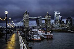 Картинка Англия Реки Мосты Речные суда Вечер Лондон Набережной Уличные фонари Тучи Города