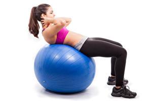 Фотографии Фитнес Мячик Синяя Шатенки Ног Белом фоне Тренируется девушка Спорт