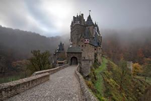 Фотография Германия Замок Горы Башня Деревья Тумане Eltz Castle Природа