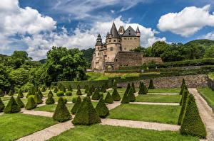Обои Германия Замки Облако Башни Кусты Schloss Buerresheim, Mayen Природа