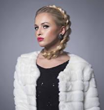 Картинки Серый фон Блондинок Коса Красными губами Серег Взгляд молодые женщины