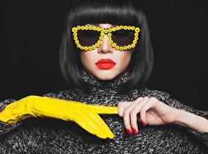 Обои Прически Очках Красные губы Руки Перчатках Маникюра Черный фон Девушки