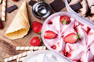 Обои Мороженое Клубника Шоколад Вафельный рожок Еда картинки
