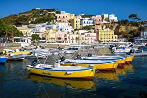 Картинка Италия Гора Пирсы Здания Лодки Ponza город