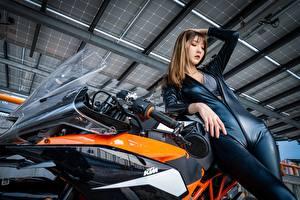 Фото КТМ Азиаты Шатенка Латекс Руки Позирует молодые женщины Мотоциклы