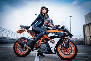 Картинки КТМ Азиаты Сбоку Латекс Сидит молодые женщины Мотоциклы