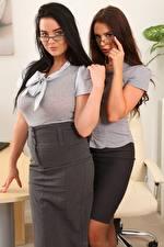 Обои для рабочего стола Kay Only Saffron only 2 Секретарша Брюнетки Шатенки Смотрит Очков Рука Юбки девушка