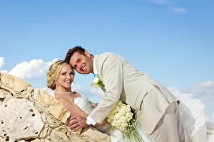 Фотографии Мужчины Букеты Роза Два Свадебные Блондинка Невесты Женихом Улыбка Смотрят девушка