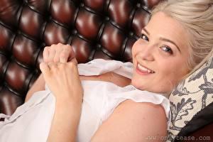 Фотографии Natalie W Only Блондинки Взгляд Улыбка Рука молодые женщины