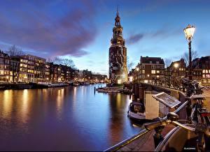 Картинки Нидерланды Амстердам Дома Лодки Речные суда Ночь Водный канал Уличные фонари Набережная Города