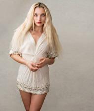 Картинки Блондинки Платье Смотрит Olivia молодая женщина