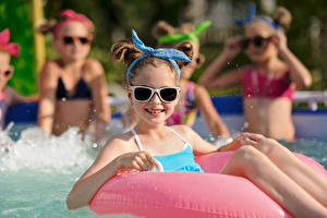Фотография Плавательный бассейн Девочка Очки Взгляд Дети