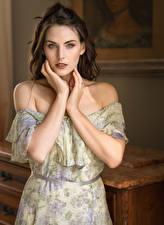 Обои Поза Платье Руки Взгляд Красивые Девушки картинки