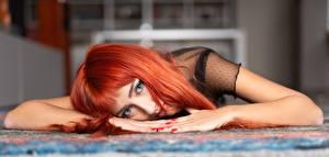 Фотография Рыжие Смотрят Лежа Рука Размытый фон Маникюр молодые женщины