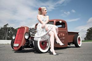 Обои для рабочего стола Ретро Блондинка Сидящие Платья Рука Ноги Туфлях hot rod девушка Автомобили