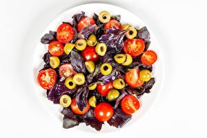Обои Салаты Овощи Помидоры Оливки Белом фоне Пища