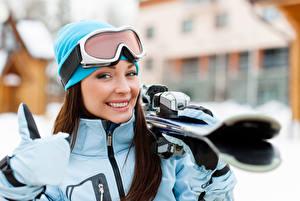 Обои для рабочего стола Лыжный спорт Смотрит Улыбка Шапка Очков Размытый фон Спорт Девушки