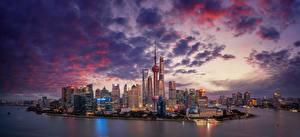 Обои для рабочего стола Небоскребы Река Китай Шанхай Вечер Небо Мегаполис Облака Huangpu River город