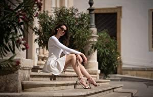 Картинка Лестница Сидящие Ноги Платье Очки Смотрят Боке Девушки