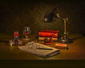 Картинки Натюрморт Спички Газета Лампы Книга Бокалы Очков