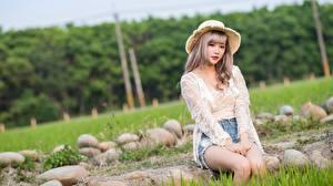 Картинка Камни Азиатка Трава Русые Шляпе Сидя Взгляд Руки Девушки